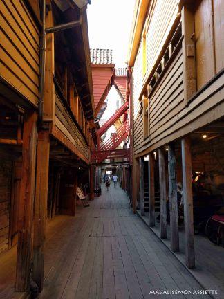 Dans les ruelles étroites de Bryggen